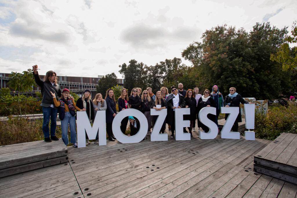 Zdjęcie zespołu Festiwalu Kultury Bez Barier zrobione przy dużych białych literach MOŻESZ!