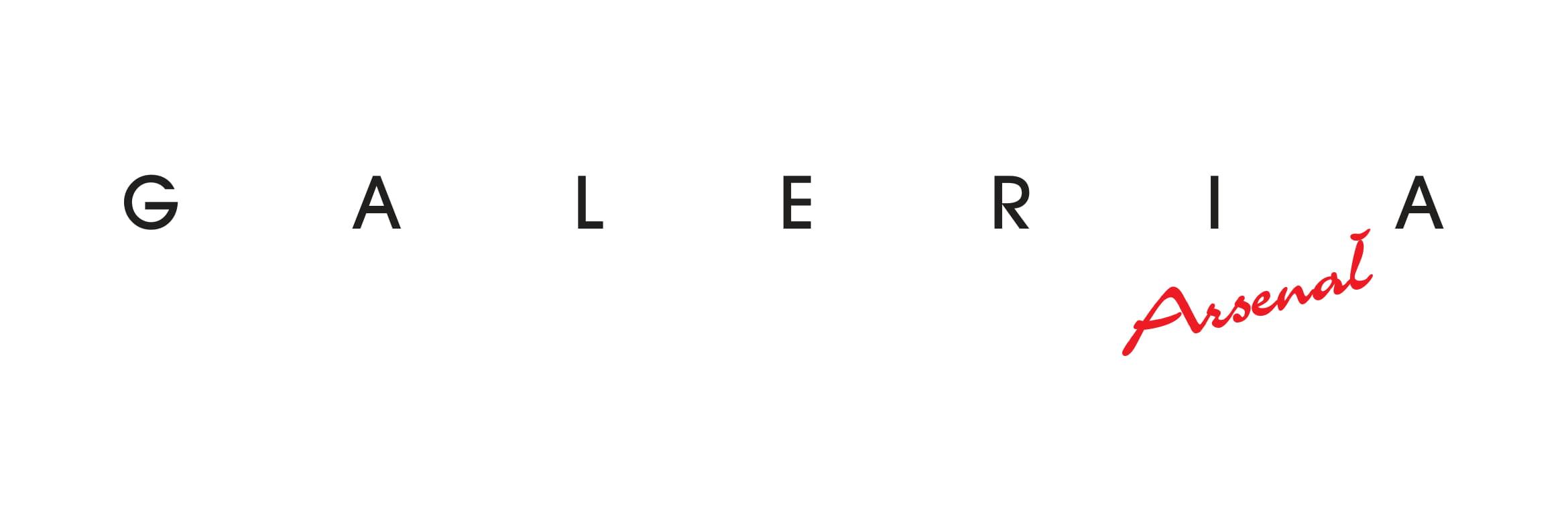 Na białym tle czarny napis Galeria, pod spodem napis Arsenał czerwoną czcionką