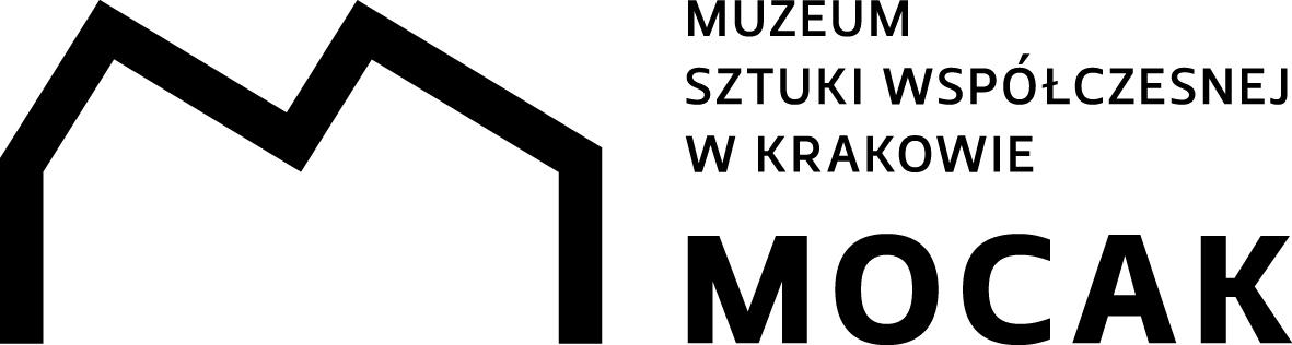 Białe tło. Po lewej stronie duża litera M o kanciastych krawędziach. Kształtem przypomina dach Muzeum załamany w dwóch miejscach u góry. Po prawej stronie napis: Muzeum Sztuki Współczesnej w Krakowie MOCAK.