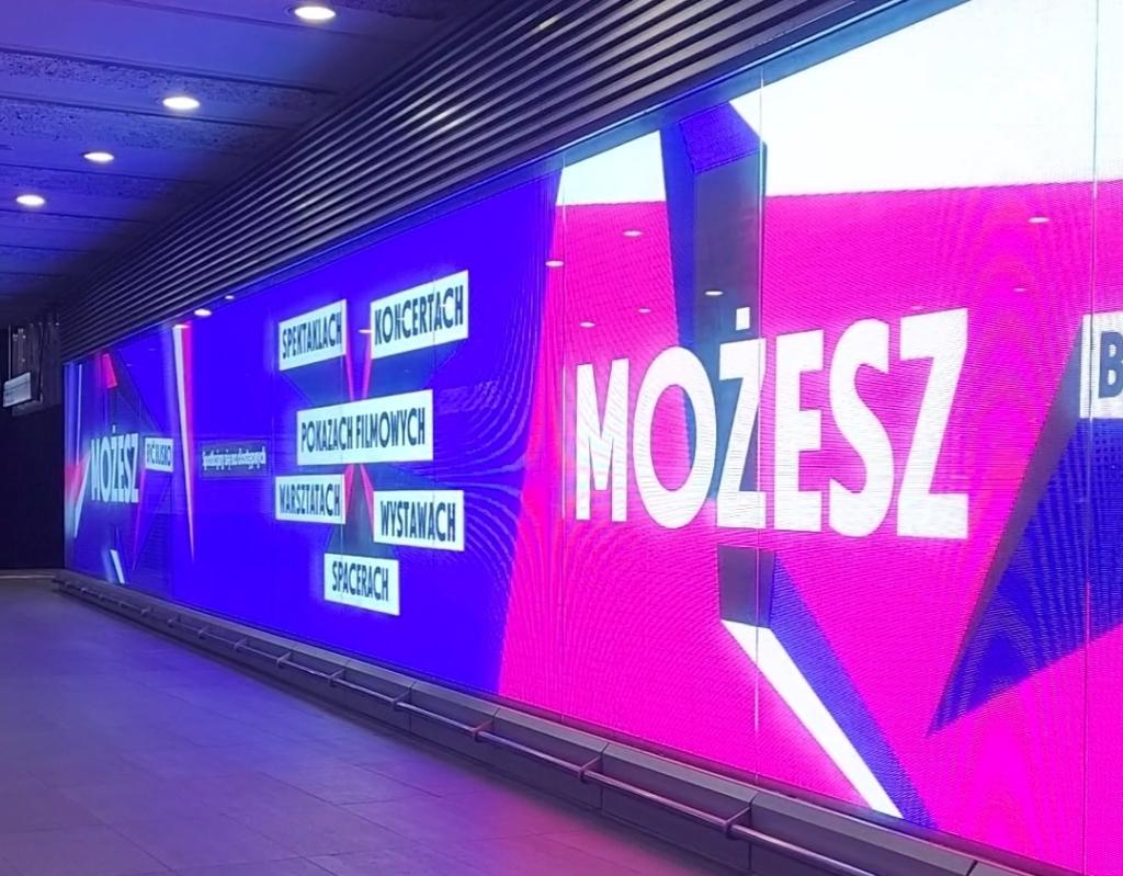 Zdjęcie ekranów w metrze warszawskim