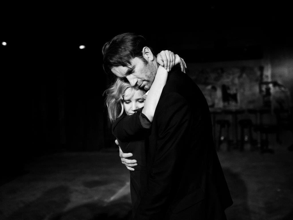 Kadr z filmu. Kobieta i mężczyzna na sali. W romantycznym objęciu tańczą.