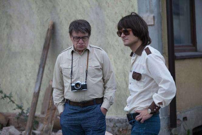 Kadr z filmu. Zdjęcie przedstawia dwóch mężczyzn (ojciec i dorosły syn). Stoją obok siebie.