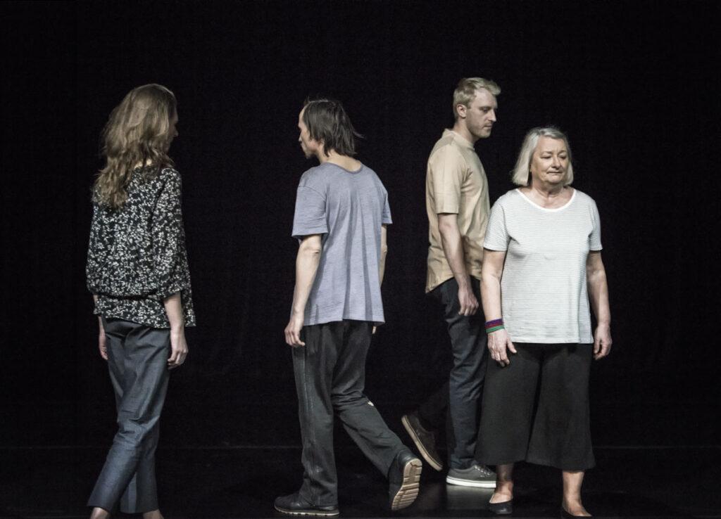 Na zdjęciu widać czwórkę przemieszczających się aktorów. Ubrani są w codzienne, zwykłe stroje - podkoszulki, spodnie dresowe, bluzki.